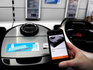 In einem Pilot-Markt in Hamburg bietet Saturn das Bezahlen per Handy-App direkt am Regal an. Der Kunde scannt dafür einen QR-Code.
