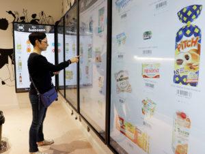 """Kassenloser Store der Groupe Casino in Paris: An der """"Picking Wall"""" können Kunden rund um die Uhr bestellen."""