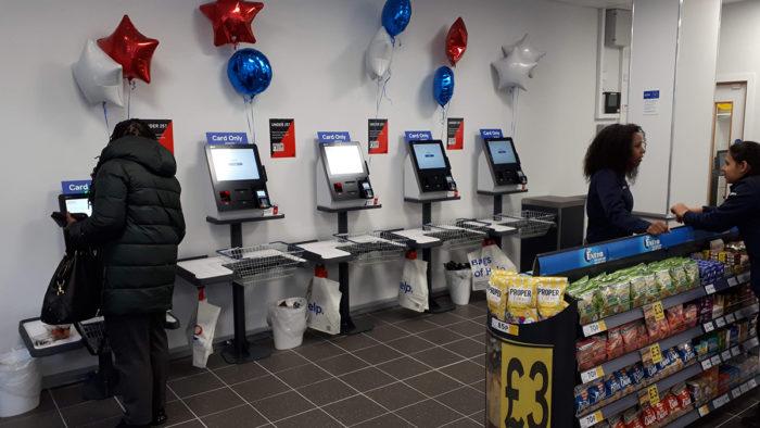 """Immer öfter testen Händler Konzepte, in denen Kunden ohne Kassensystem einkaufen können, wie hier im Amazon-Lebensmittelmarkt """"Go Grocery""""."""