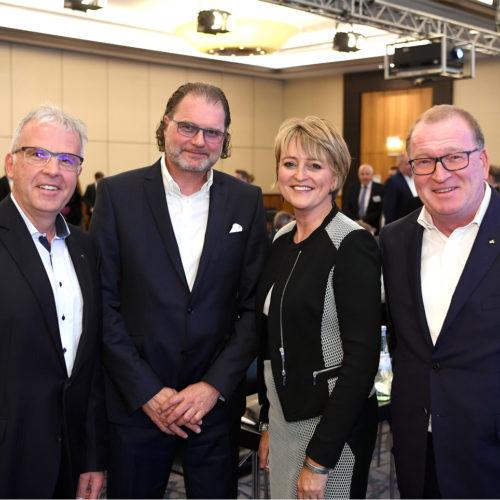 Der GCSC-Vorstand - v. l. Harald Ortner, Christine Hager und Rüdiger Pleus - nimmt Markus Trojansky (dm-drogeriemarkt) in die Mitte