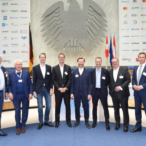 Podiumsdiskussion zur Vielfalt im Zahlungsverkehr (v.l.n.r.): Olaf Schrage (Deichmann/Moderation), Hermann Stengele (Blue Code), Dr. Michael Luhnen (Pay Pal), Dr. Markus Weber (Ingenico), Thomas Heigl (JCB International), Robert Herzig (Metro), Ulf Timmann (Shell Deutschland), Oliver Schulte (Deutsche Bank)