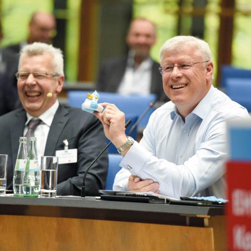 Gut aufgelegt: Horst Rüter (EHI) und Olaf Schrage (Deichmann) führten durch das Programm