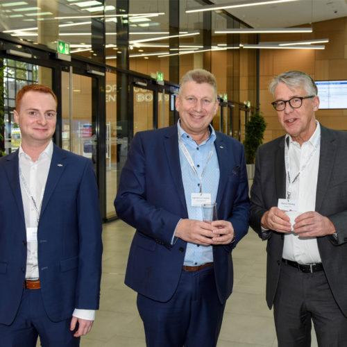 V.l.n.r.: Jonas Feistl und Jürgen Berens von Rautenfeld (beide Online Software AG) mit Martin Thesing (Datalogic)