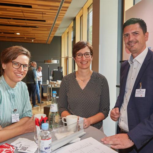 Talk zwischen Händler und Dienstleister: Stefanie Lea Stachorski und Christine Lentze (beide dm Drogeriemarkt, v. l.) mit Christoph Harder (POS Tuning)