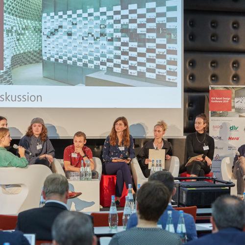 Erstmals mit dabei: die Generation Z - hier im Gespräch mit den Moderatorinnen Gianina Kratzat und Astrid Laufkötter (beide Universität der Künste Berlin, 1. und 2. v. r.) sowie Angelika Simko (EHI, 4. v. r.),