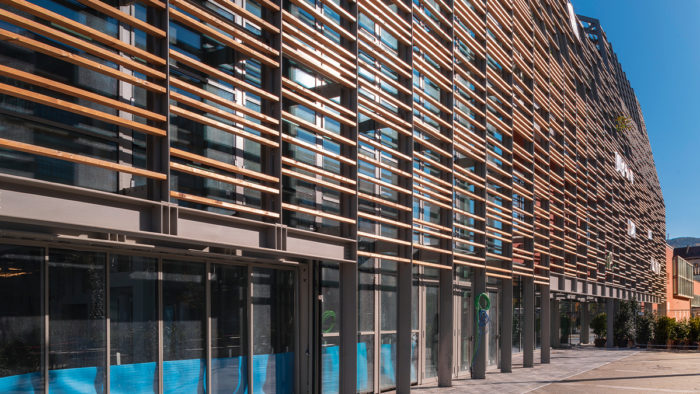 """""""Green Pea"""" in Turin: Die Holzlamellen-Fassade verschattet das Gebäude, ermöglicht aber zumindest partiell Einblicke."""