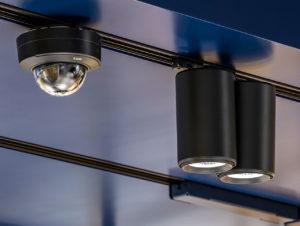 In das Stromschienensystem der Beleuchtung können Devices wie Sensoren, Kameras oder Lautsprecher installiert werden.
