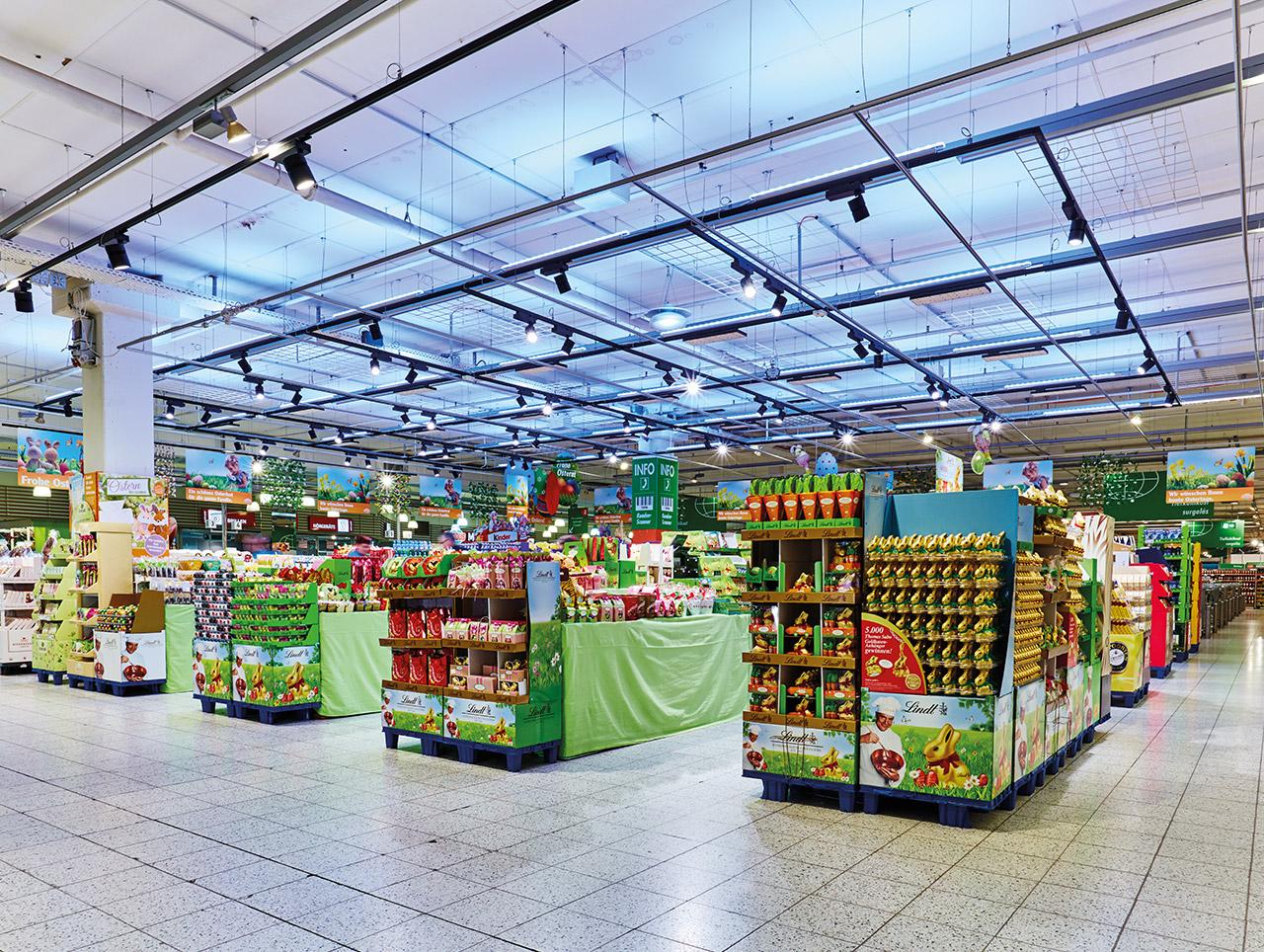 Globus in Saarbrücken: Die indirekte farbige Beleuchtung über dem Promotion-Bereich.