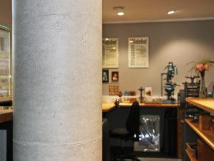Mit elastischen und gleichzeitig dimensionsstabilen Matten können auch Säulen im Beton-Look gestaltet werden