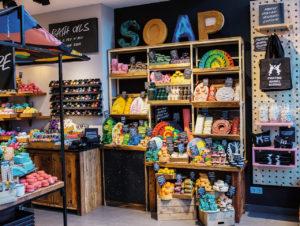 In seinen ersten verpackungsfreien Stores präsentiert Lush die Produkte wie in einem Obst- und Gemüse-Stand. Witzig: Die festen Dusch-Cremes werden in Flaschenform gepresst
