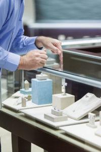 Antireflexionsglas ist besonders wichtig für Schmuckvitrinen.