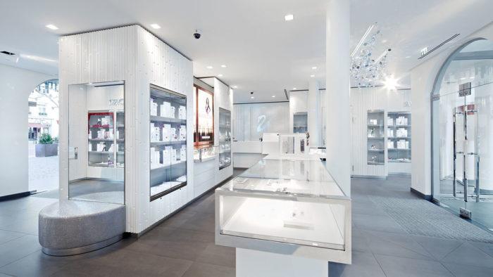 """Crystal Forest"""" heißt das Ladenbau-Konzept von Swarovski. Grundstoff ist die Spanplatte mit reflektierender, futuristischer Wirkung."""