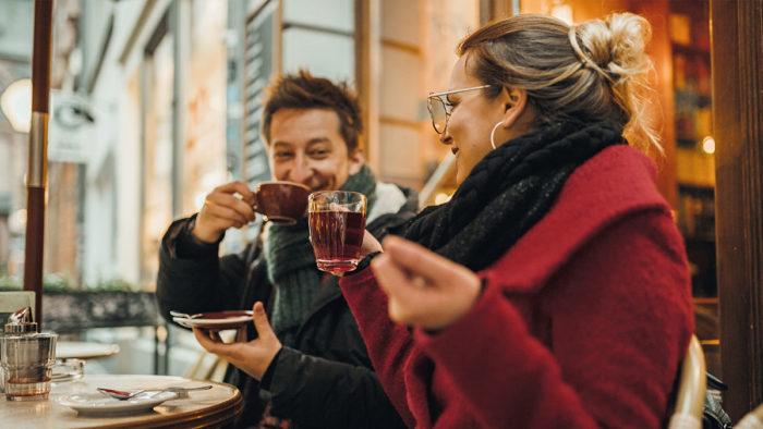Rund 37,4 Mio. Personen in Deutschland kaufen für sich persönlich im Jahresverlauf frische, verzehrfertig zubereitete Speisen im Handel bzw. der Handelsgastronomie.