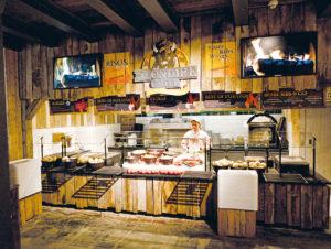Vorbild Freizeitparks: Die Yukon Market Hall in der Yukon Bay-Erlebniswelt im Zoo Hannover mit verschiedenen Gastro-Angeboten in stimmungsvoll rustikalem Ambiente