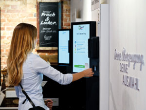 Wie sich Frische-Lieferungen in kürzester Zeit mit Hilfe von Robotik-Systemen zusammenstellen lassen, zeigt der 24/7-Store von Typy in Düsseldorf.