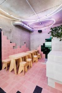 Das Lifestyle-Food-Konzept Beets & Roots ließ die Decke seiner Location in Berlin mit mundgeblasenem Neonlicht veredeln.