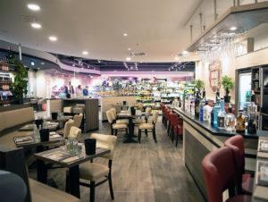 """Als """"Abstand halten"""" noch kein Thema war: Restaurant """"Marktküche"""" im Edeka-Supermarkt von Volker Klein am Elbe-Einkaufszentrum in Hamburg"""