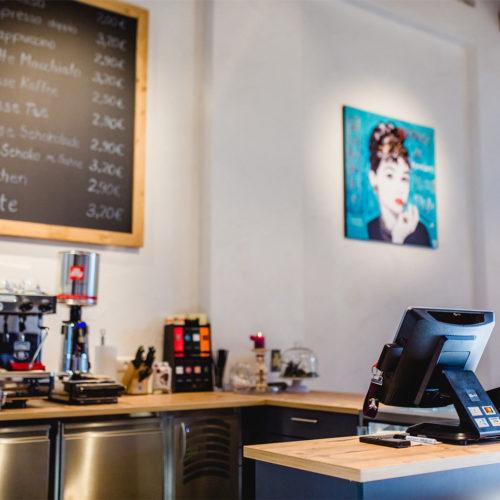 Das gastronomische Angebot soll Kunden zu Kaffee und Kuchen in den Laden locken.