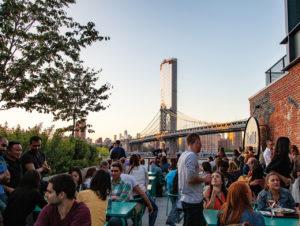 Die Rooftop-Terrasse mit Blick auf Manhattan und die Brooklyn Bridge