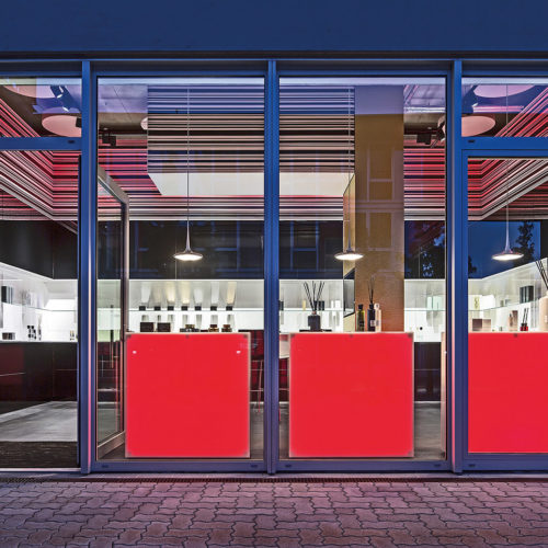 Der Hamburger Store der Parfüm-Marke Linari vermittelt durch seine Beleuchtung auch außerhalb der Öffnungszeiten Exklusivität und ein gekonntes Branding