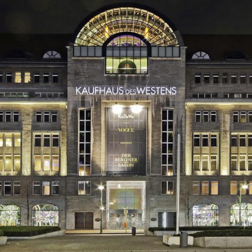 Auch bei Dunkelheit ist das KaDeWe am Berliner Tauentzien ein starkes Statement im städtebaulichen Kontext