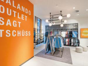 Lokale Ansprache, komfortable Atmosphäre mit Teppich und individuellem Beleuchtungsdesign in den Zalando-Outlets, hier in Münster