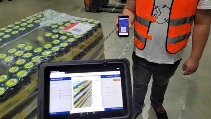 Lagermitarbeitende scannen den QR-Code der Bestellung