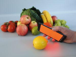 """Das Fraunhofer-Institut für Fabrikbetrieb IFF hat mit der App HawkSpex und entsprechendem Scanner einen """"Demonstrator"""" für die Frische-Bestimmung von Obst und Gemüse sowie zur Erkennung verschiedener Kaffeesorten entwickelt."""