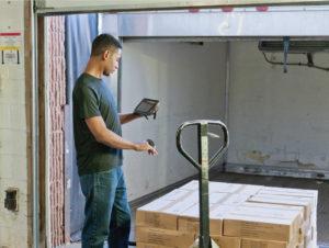 Der Warenein- und ausgang wird mit mobilen Endgeräten schnell und einfach erfasst.