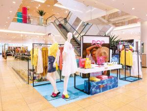 """Bei Peek & Cloppenburg, Düsseldorf wird im Rahmen eines Pop-up-Konzepts ein zum jeweiligen Thema passender Marken- und Warenmix in einem Ambiente präsentiert, das sich im Visual Merchandising deutlich abhebt – hier das Hochsommer- Thema 2019 """"Be active"""""""