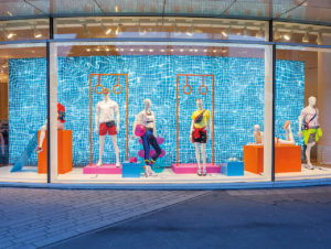 """Die Schaufenstergestaltung von Peek & Cloppenburg, Düsseldorf zum Hochsommer-Thema """"Be active"""""""
