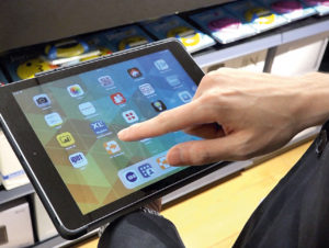 Über Tablet-PC haben die Marktmitarbeiter Zugriff auf das ERP-System