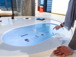 Touchscreen im Tisch: Im Showroom von Warema, Anbieter von Sonnenschutzsystemen und Sonnenjalousinen, informiert ein großer Touchscreen über das Sortiment.