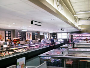Im E-Center Jahke in Ramstein sind UV-C-Geräte über den Bedientheken angebracht.