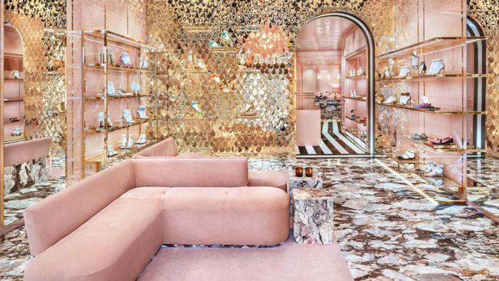 Zum extravaganten Design jedes Stores des italienischen High-End-Schuhlabels Aquazzura gehören ausgefallene Polstermöbel dazu, hier der Store in Mailand