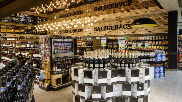 Spiegeldecke im Supermarkt der Edeka-Kaufleute Breidohr