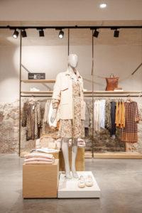Mehr Inszenierung, mehr Inspiration: Auf den luftiger gewordenen Flächen kommen Deko-Inseln bestens zur Geltung, wie hier bei Juhasz Mode & Genuss in Bad Reichenhall