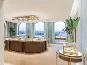 Juwelier Bucherer in Hamburg: Viel Tageslicht und ein weiter Ausblick, kombiniert mit einer hellen, luftigen Innenraumgestaltung geben schon das Gefühl, frei atmen zu können