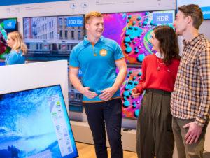 Der Elektronikhändler legt seinen Fokus in den physischen Läden auf Beratung.