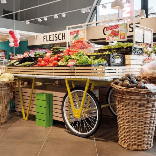 Rewe 2020 in Weil am Rhein: Aktionsware auf einem Holzwagen