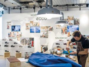 Action auf der Fläche bietet den Kunden Erlebnis: Aktion der Schuhmarke Ecco im Schuh-Multibrandhaus Schuster in München