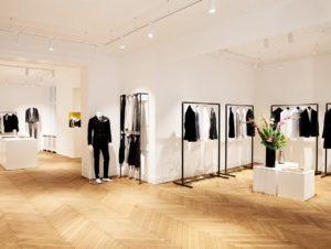 Die reduzierte Ästehtik einer Kunstgalerie schafft eine Bühne fürs Produkt: das Männermode-Label Paul Davis am Kurfürstendamm in Berlin