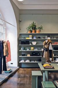 """Kaum zu glauben, das ist H&M. Mit dem Berliner Store """"Mitte Garten"""" versucht der Fashion-Gigant, sich """"nahbar"""" aufzustellen und persönliche Beziehungen zu den Kundinnen zu knüpfen"""