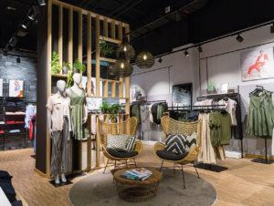 Nach Insolvenz im Jahr 2016 und Restrukturierung präsentiert sich der Modefilialist Zero, der neuerdings zur Betty Barclay Group gehört, mit neuem, wohnlichem Storedesign, das meilenweit entfernt ist von den früher nüchtern und pragmatisch ausgestatteten Stores.