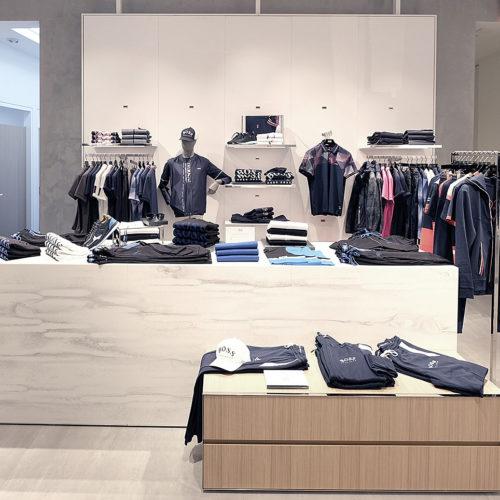 Die Kollektion rückt durch das minimalistische Store-Design in den Vordergrund.