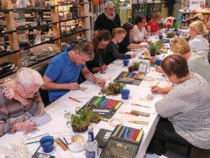 Zeichen- und Mal-Workshop auf der hybriden Fläche im Verkaufsraum von Erlebe Wigner.