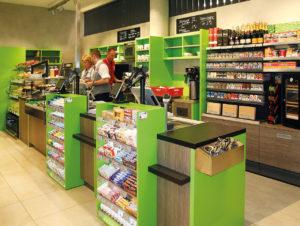 Klein und kompakt: Der Checkout-Bereich mit integrierter Snacktheke im 144 qm großen Konsum am Dresdner Neumarkt.