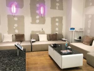 Eine Bar und eine Sofa-Lounge tragen zur einladenden Atmosphäre bei.