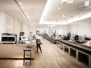 Fünf Betonstützen tragen die Flucht des Stores und leiten den Kunden entlang der frei angeordneten Produkte.