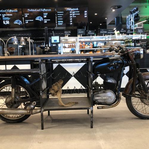 Scheunenfund: antikes Bike vor der Marktküche, umfunktioniert zum Stehtisch